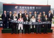 馬會主席施文信、馬會董事們以及行政總裁應家柏,與馬會短途錦標冠軍「天久」的馬主、練馬師及騎師在頒獎儀式上合照。