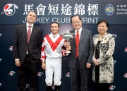 馬會短途錦標冠軍「天久」的馬主、騎師及練馬師在頒獎儀式後,一同與傳媒分享勝利感想。