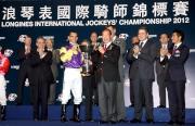 中國香港體育協會暨奧林匹克委員會副會長兼馬會名譽董事許晉奎頒發獎盃予浪琴表國際騎師錦標賽冠軍莫雷拉。