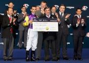 馬會主席施文信頒發銀馬鞭及五十萬元獎金予浪琴表國際騎師錦標賽冠軍莫雷拉。