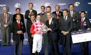 馬會董事周永健頒發銀碟及二十萬元獎金予浪琴表國際騎師錦標賽亞軍潘頓。