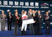 馬會董事周永健頒發銀碟及十萬元獎金予浪琴表國際騎師錦標賽季軍莫雅。