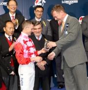 斯沃琪集團(香港)董事總經理盧克勤致送紀念品予浪琴表國際騎師錦標賽亞軍潘頓。
