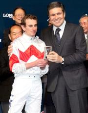 LONGINES副總裁暨國際市場總監Juan-Carlos Capelli致送紀念品予浪琴表國際騎師錦標賽季軍莫雅。