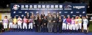 浪琴表國際騎師錦標賽頒獎嘉賓、馬會董事及行政總裁與參賽騎師合照。