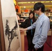 「馬場有禮」禮品店限量發售廿五幅榮獲徐悲鴻藝術委員會特別授權的珍品畫卷,並附獨立證書及珍藏禮盒,極其珍貴。