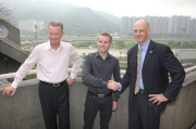 首席受薪董事祁禮謙(右)及受薪董事兼牌照委員會秘書韋敦彥(左)歡迎貝湯美加入馬會騎師行列。