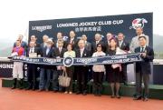 香港賽馬會主席施文信先生及一眾馬會董事、行政總裁應家柏先生、LONGINES香港區副總裁歐陽楚英小姐與「安賞」的馬主代表、練馬師及騎師於浪琴表馬會盃頒獎禮上合照。