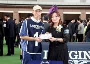 「軍事出擊」獲得浪琴表馬會盃最佳外觀馬匹獎,LONGINES香港區副總裁歐陽楚英小姐頒發二千元獎金予負責料理該駒的馬房助理。