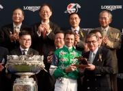 香港賽馬會主席施文信(右)頒發騎師駿馬銅像予「精彩日子」的騎師韋達。