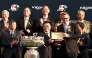 斯沃琪集團(香港)董事總經理盧克勤(右)致送紀念品予「精彩日子」的馬主百家樂團體的代表。