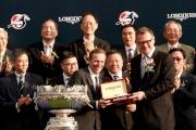 斯沃琪集團(香港)董事總經理盧克勤(右)致送紀念品予「精彩日子」的練馬師蔡約翰。