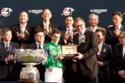 斯沃琪集團(香港)董事總經理盧克勤(右)致送紀念品予「精彩日子」的騎師韋達。