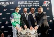 浪琴表香港一哩錦標勝出馬匹「精彩日子」的馬主百家樂團體的代表、練馬師蔡約翰以及騎師韋達賽後與傳媒分享勝利喜悅。