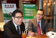 香港賽馬會市場及客戶事務執行總監張之杰今日在傳媒簡報會上宣佈馬會推出兩項新猷,為顧客提供全面的賽馬娛樂體驗,包括重新推出四重彩投注,以及在沙田馬場增設兩個全新的主題餐飲場地。