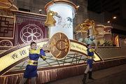 馬會花車首次於香港戶外流動環境應用巨型走馬燈顯示屏,栩栩如生的駿馬風姿, 配以舞蹈員的勁歌熱舞,祝願新一年馬會與市民一起再創高峰。