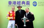 香港經典盃冠軍「威爾頓」的馬主及騎練於賽後接受訪問並一同分享勝利喜悅。