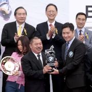 寶馬汽車(香港)有限公司香港及澳門董事總經理曾耀民先生頒發紀念品予「威爾頓」的馬主鄭強輝先生。