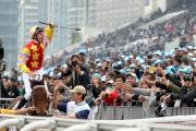 貝湯美於勝出寶馬香港打大賽後向在場的馬迷致意。