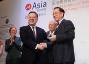 香港特別行政區行政長官曾蔭權先生(右)獲亞洲協會聯席主席兼其香港分會會長陳啟宗先生(左)頒發紀念品。