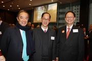 馬會董事陳南祿先生(右)、民政事務局局長曾德成先生(中)及前馬會主席夏佳理先生(左)。