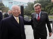 馬會主席施文信先生(右) 及前馬會主席陳祖澤先生(左)。