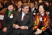 馬會主席施文信(中)、發展局局長林鄭月娥女士(左)及前政務司司長陳方安生(右)。