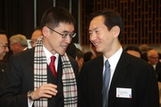 馬會慈善事務執行總監蘇彰德先生(左)及古物諮詢委員會主陳智思先生(右)。
